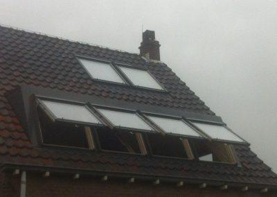 Baskapel met open ramen op dak